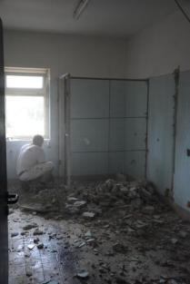 Abriss der letzten Toilettenkabine bei den Jungs.